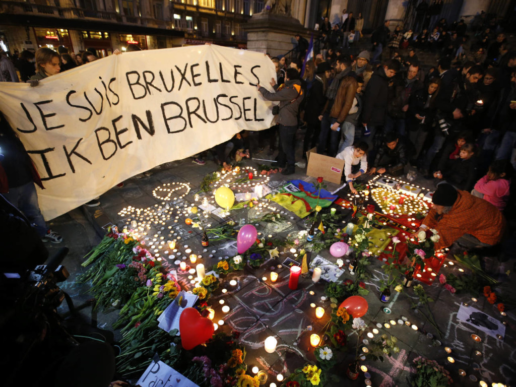 "People display a solidarity banner in Brussels following bomb attacks in Brussels, Belgium, March 22, 2016. Banner reads ""I am Brussels"" in French and in Flemish languages. REUTERS/Charles Platiau - RTSBS6P"